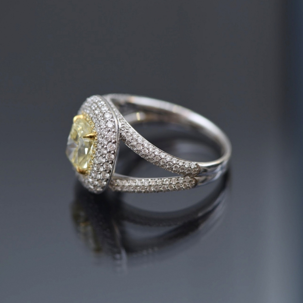 Коктейльное кольцо с желтым бриллиантом 2,5 карата