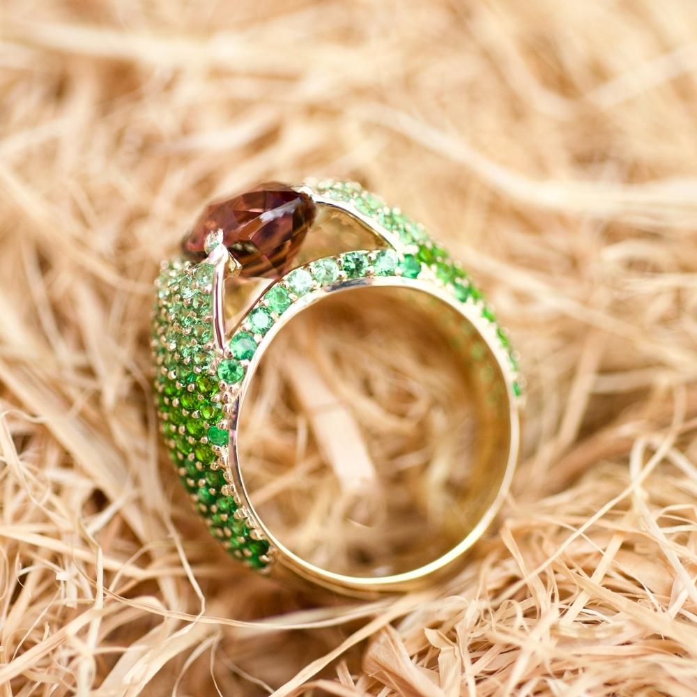 Кольцо с бордово-персиковым турмалином и тсаворитами