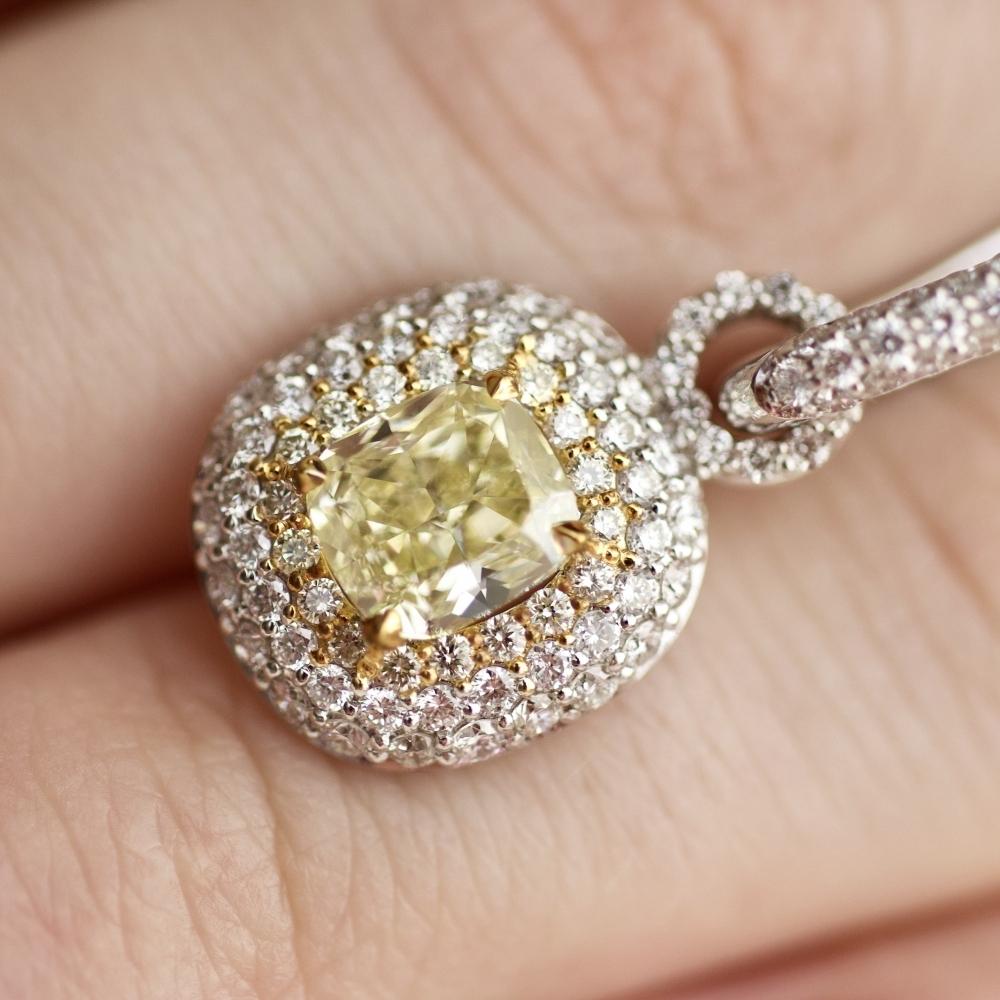 Серьги с желтыми и бесцветными бриллиантами