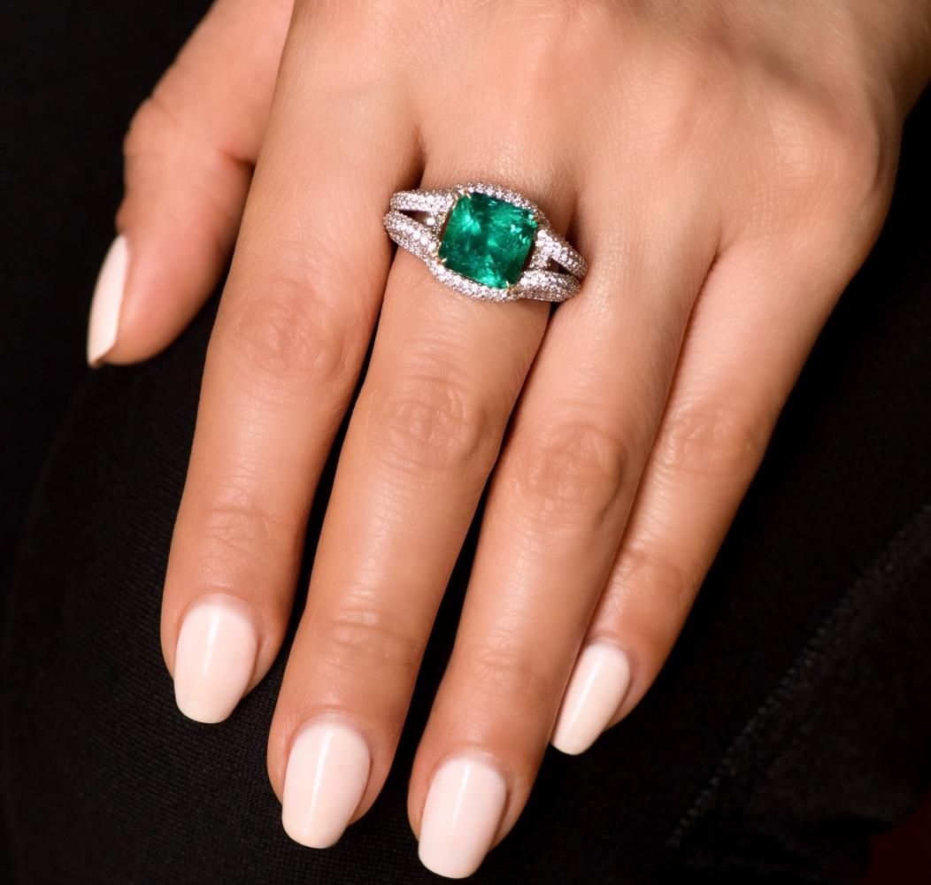 Кольцо с изумрудом и бриллиантами в белом золоте