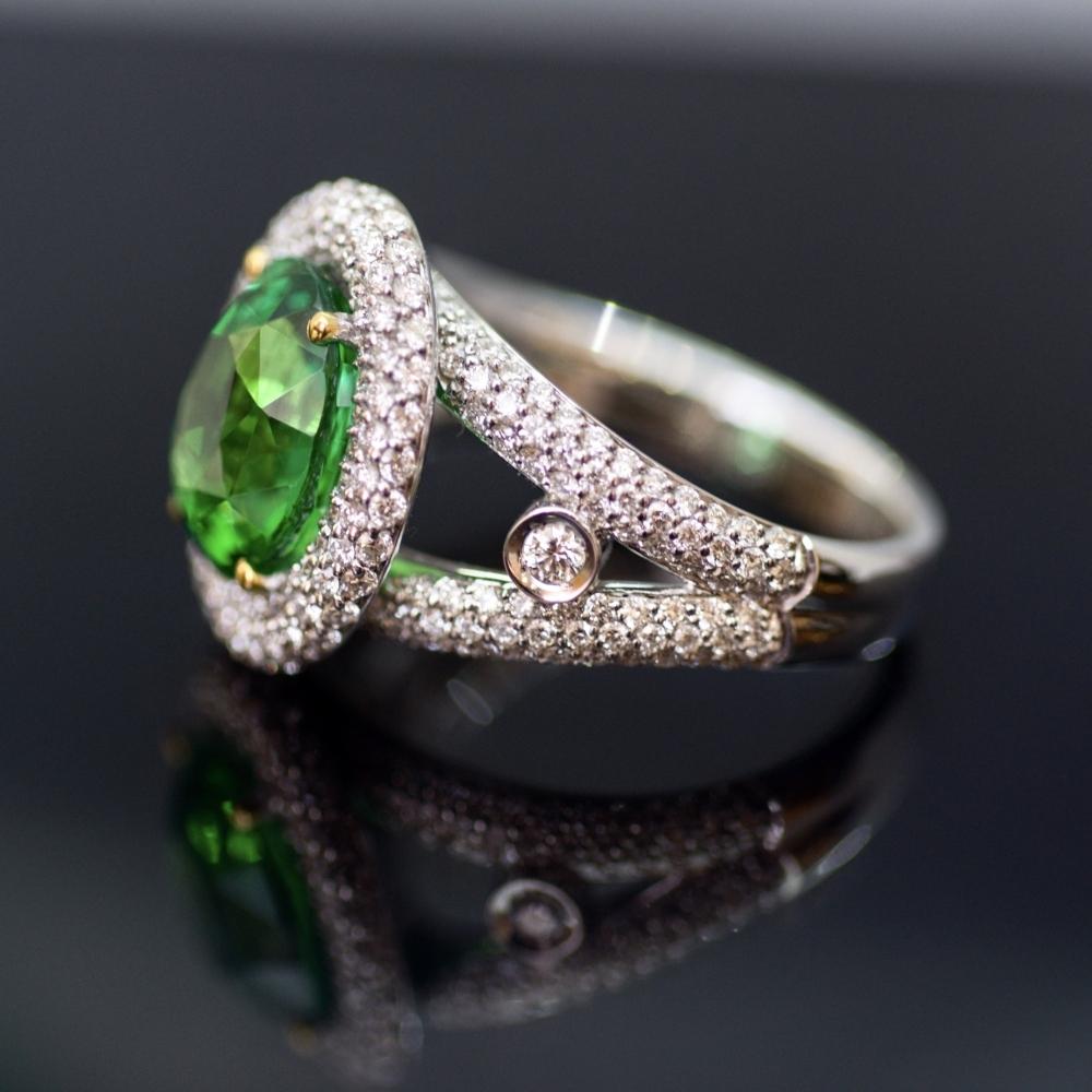 Коктейльное кольцо с тсаворитом и бриллиантами