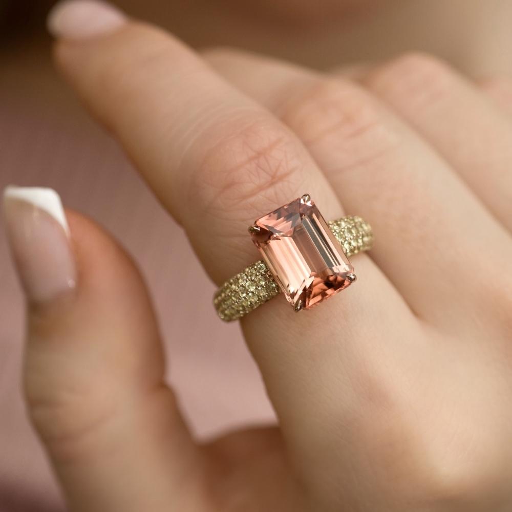Кольцо с рыжим турмалином и хризолитами