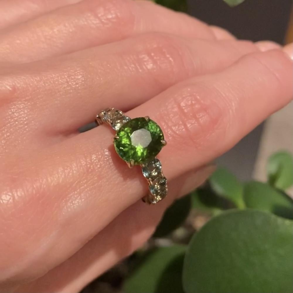 Кольцо инфинити с зеленым турмалином и мэрридж сапфирами