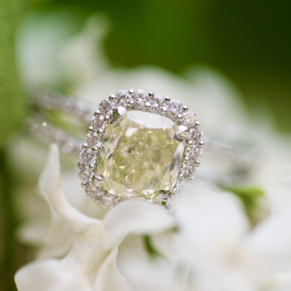 Кольцо с желтым бриллиантом 1,5 карат в белом золоте