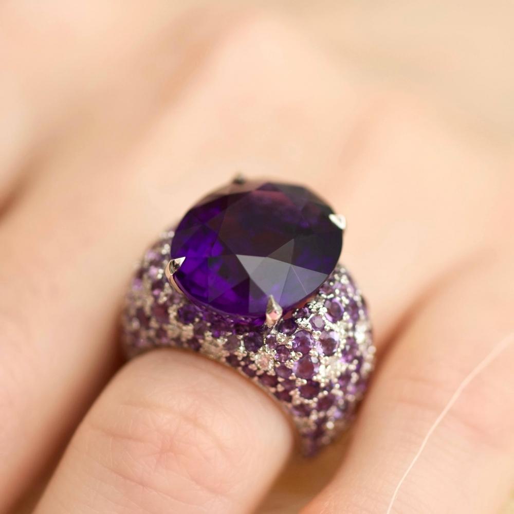 Коктейльное кольцо с фиолетовым аметистом и бриллиантами