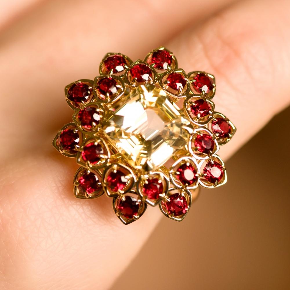 Кольцо с желтым сапфиром и красной шпинелью