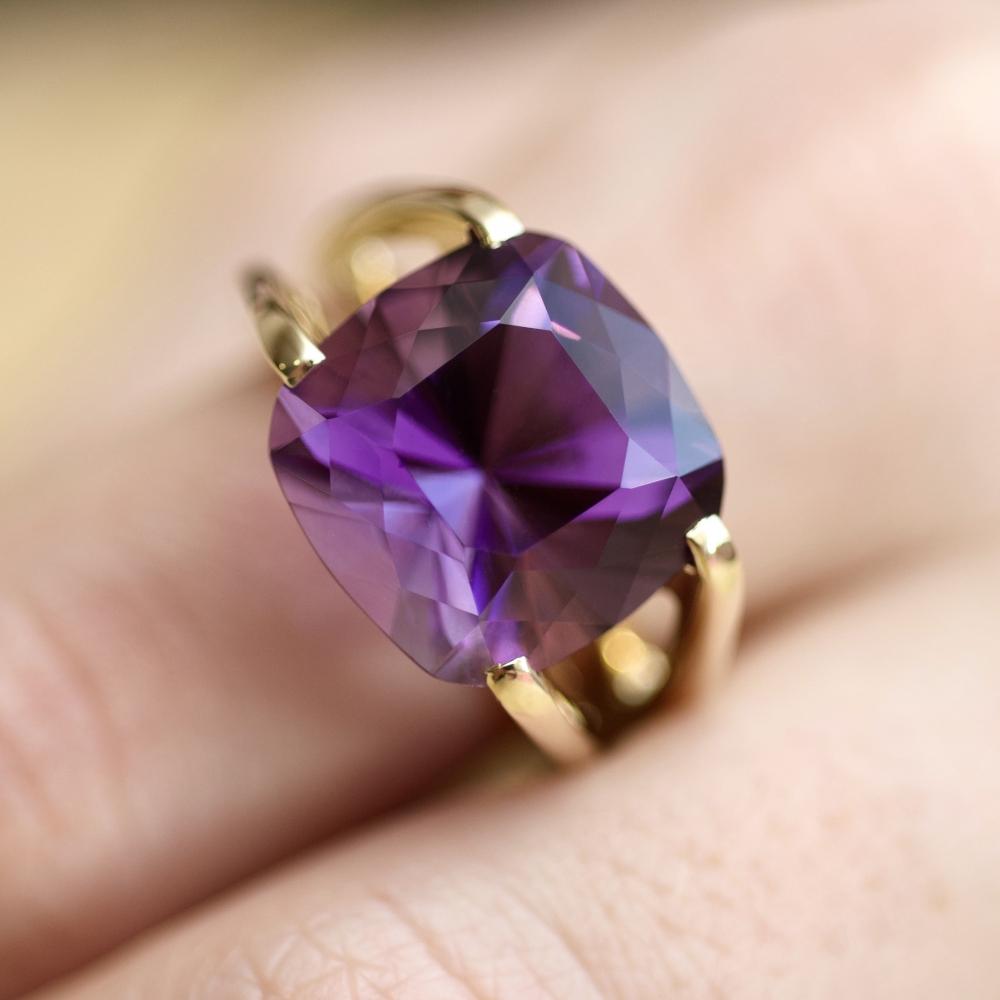 Геометричное кольцо с фиолетовым аметистом